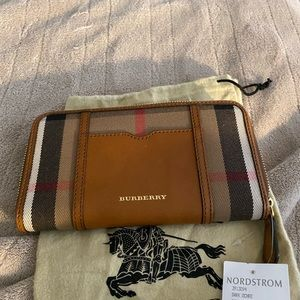 Burberry HouseCheck Wallet *SWT*